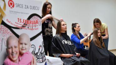 """L'opération, intitulée """"Mes cheveux, tes cheveux"""", encourage les Bosniaques, et en l'occurrence les femmes, à faire don d'une partie de leur chevelure."""