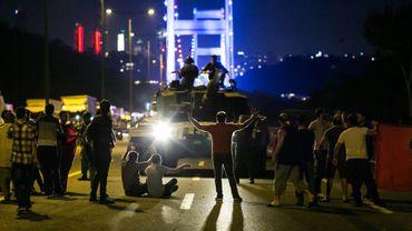 Des manifestants bloquent un char près d'un des ponts d'Istanbul lors d'un putsch, le 15 juillet 2016 en Turquie