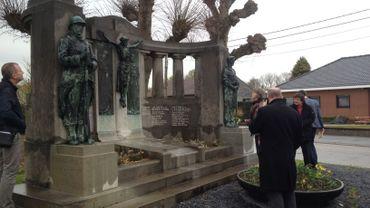 Le monument aux morts de Ramegnies-Chin faisait partie de l'itinéraire des deux experts.