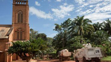Une patrouille de la Minusca passe devant la cathédrale de Bangassou, dans l'est de la Centrafrique, le 22 août 2017