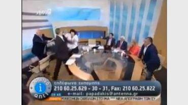 L'agression d'un élu d'Aube Dorée en direct à la télévision