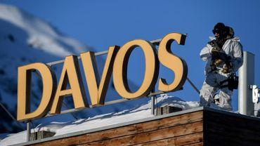 Un policier suisse sur le toit du Centre des congrès de Davos le 20 janvier 2020