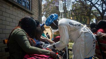 Une infirmière s'occupe de patients souffrant de choléra à Harare, le 11 septembre 2018