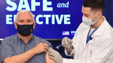 Virus: le vice-président américain Mike Pence a reçu le vaccin en public