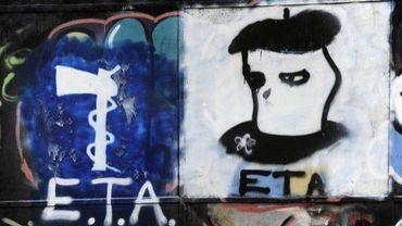 Graffiti représentant le logo de l'organisation basque ETA et la tête d'un activiste, le 23 mars 2010 à Oquendo, au Pays basque espagnol