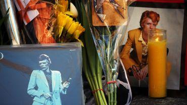 Décès de David Bowie - Des fleurs et des larmes pour l'artiste devant chez lui à New York