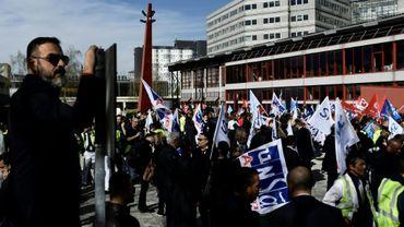Des employés d'Air France manifestent devant le siège d'Air France, à l'aéroport Charles de Gaulle à Roissy (nord de Paris), le 11 avril 2018