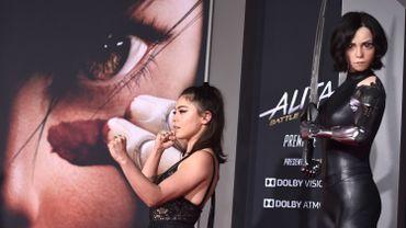 """Rosa Salazar à la première d'Alita, à côté de son """"double"""" à l'écran"""