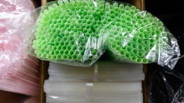 Vers un accord pour bannir gobelets et pailles en plastique à la côte belge