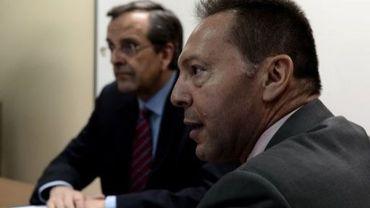 Le Premier ministre Antonis Samaras (g) reçoit le ministre des Finances Yannis Stournaras le 8 août 2012 à Athènes