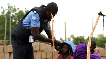 Un Casque bleu de la Minusma prête son casque à un enfant à Gao, au Mali, le 3 août 2018