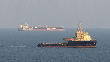 Photo fournie par le ministre de la Défense britannique montrant le Stena Impero (fond) dans le Golfe, le 27 septembre 2019