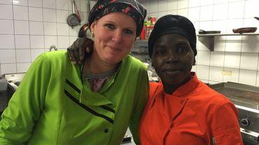 Virginie peut compter sur l'aide de Grâce: en cuisine, comme en salle.