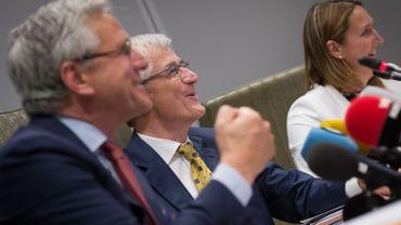 Le futur ministre-président, Geert Bourgeois (N-VA), entouré de son prédécesseur Kris Peeters (CD&V, à gauche) et Gwendolyn Rutten (Open Vld, à droite)