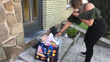La dizaine de membres du collectif prépare et distribue des colis alimentaires