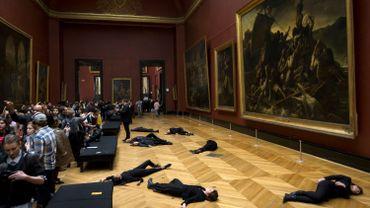 """Ils s'allongent devant """"Le Radeau de la méduse"""" du Louvre pour protester contre le mécénat de Total"""