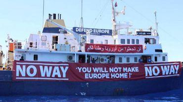 Un bateau de secours aux réfugiés vient en aide au C-Star, le navire anti-migrants immobilisé