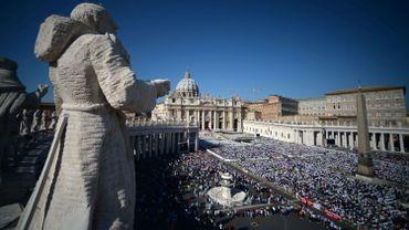 François béatifie Paul VI devant une place Saint-Pierre noire de monde