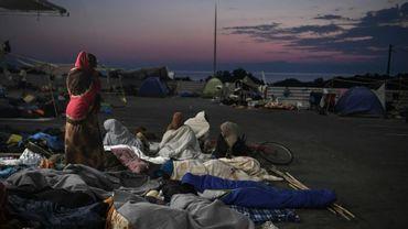 Des migrants jetés à la rue, près de Mytilene sur l'île grecque de Lesbos, le 12 septembre 2020