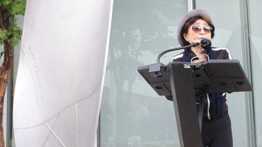 """Yoko One à côté de son oeuvre """"Mended Petal"""""""