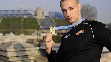 Adrien Deghelt abore fièrement sa médaille de bronze