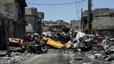 Des carcasses de voitures détruites à Mossoul, en Irak, le 9 juin 2017
