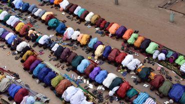Illustration: des musulmans priant lors d'un festival religieux en Arabie Saoudite