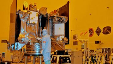 Un ingénieur contrôle la couverture de protection du vaisseau OSIRIS-REx dans un atelier du Centre spatial Kennedy, le 20 août 2016 en Floride