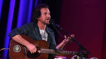 Eddie Vedder montre aux Américains comment voter par courrier