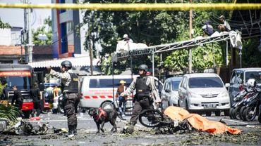 La police sur les lieux d'une attaque contre une des églises de la villz,  à Surabaya le 13 mai 2018