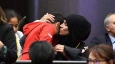 Une photo d'une maman et de son enfant : symbole d'une génération de femmes rejetées par la société