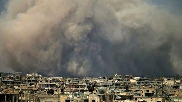 Nuage de fumée après un raid aérien sur une zone rebelle de la ville syrienne de Deraa (sud), le 8 août 2017