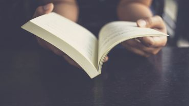 Apprendre à lire à l'âge adulte stimule l'activité cérébrale et transforme le cerveau plus profondément qu'attendu, révèle une nouveau étude.