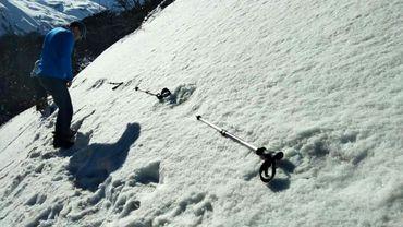 Des Indiens mesurent de larges empreintes dans la neige près du camp de base du Makalu dans l'Himalaya, sur une photo prise le 9 avril 2019 par l'armée indienne