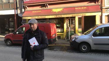 Olivier Douchamps devant ce qui était la boulangerie de ses grands-parents. C'est là qu'il ont été arrêtés en 1944.