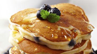 Les pancakes, ces délicieuses crêpes épaisses sont à manger à toute occasion, avec de la crème fouettée, du sirop d'érable, de la glace ou des fruits.