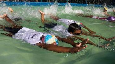 Des écoliers pendant une leçon de natation le 22 novembre 2015 à Dacca