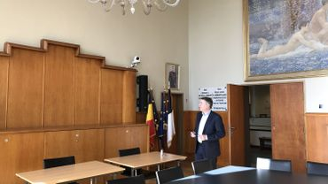 Olivier Maingain, l'oeil rivé sur l'une des trois caméras qui équipent désormais la salle du Conseil communal de Woluwé-Saint-Lambert.