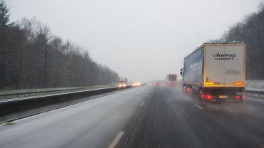 Chutes de neige et brouillard: prudence sur les routes ce samedi matin