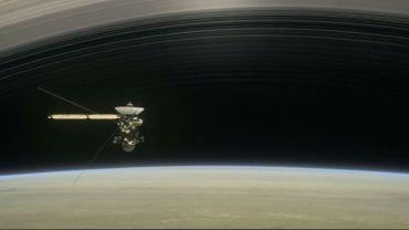 Représentation artistique d'un document de la Nasa publié le 9 août 2017 montrant la sonde Cassini effectuant un de ces cinq plongeons à travers la haute atmosphère de Saturne