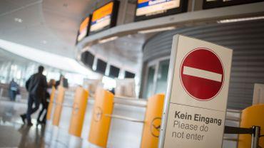 """Un panneau """"Entrée interdite"""" à l'aéroport de Munich."""