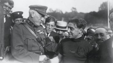 Henry George, champion olympique en cyclisme sur piste (50km), félicité par le Général Cubra