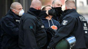 Des policiers arrêtent un homme lors d'une manifestation le 1er mai 2020 à Berlin