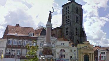 L'église Sainte-Marguerite est située sur la place de Lille, dans le centre de Tournai.