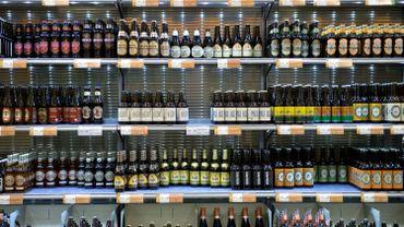 Un rayon d'alcools dans un supermarché