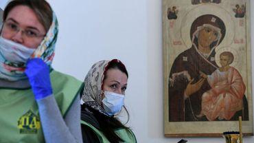 Des fidèles masquées assistent à la traditionnelle bénédiction à Moscou, le 18 avril 2020, à la veille de la Pâque orthodoxe