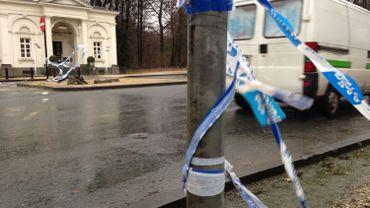 La banderole d'interdiction placée par la police à l'entrée du Bois de la Cambre a été arrachée.