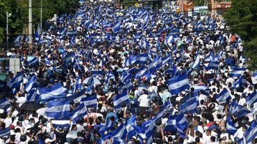 Personas marcha contra el gobierno del presidente de Nicaragua, Daniel Ortega, y su esposa y vicepresidenta Rosario Murillo, en Managua el 23 de abril de 2018.