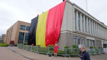 La maison communale de Zonhoven emballée dans un drapeau tricolore de 1200 m2