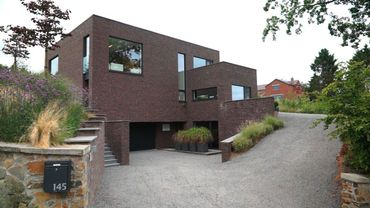 Maison contemporaine en briques sombres à Montigny-le-Tilleul